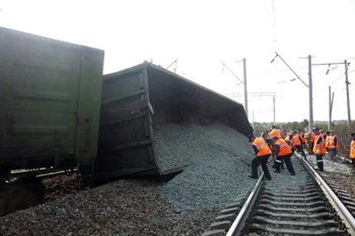 В Астрахани попытались скрыть сход с рельсов грузового вагона