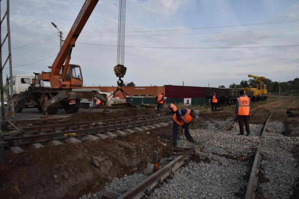 В Астрахани отремонтировали железнодорожный переезд