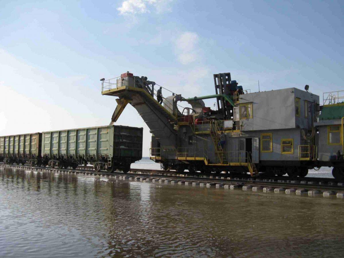 Сезонную погрузку соли начали в Астраханском регионе Приволжской железной дороги