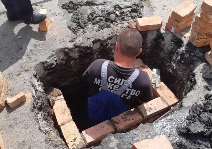 На улице Победы восстанавливают ливневую канализацию