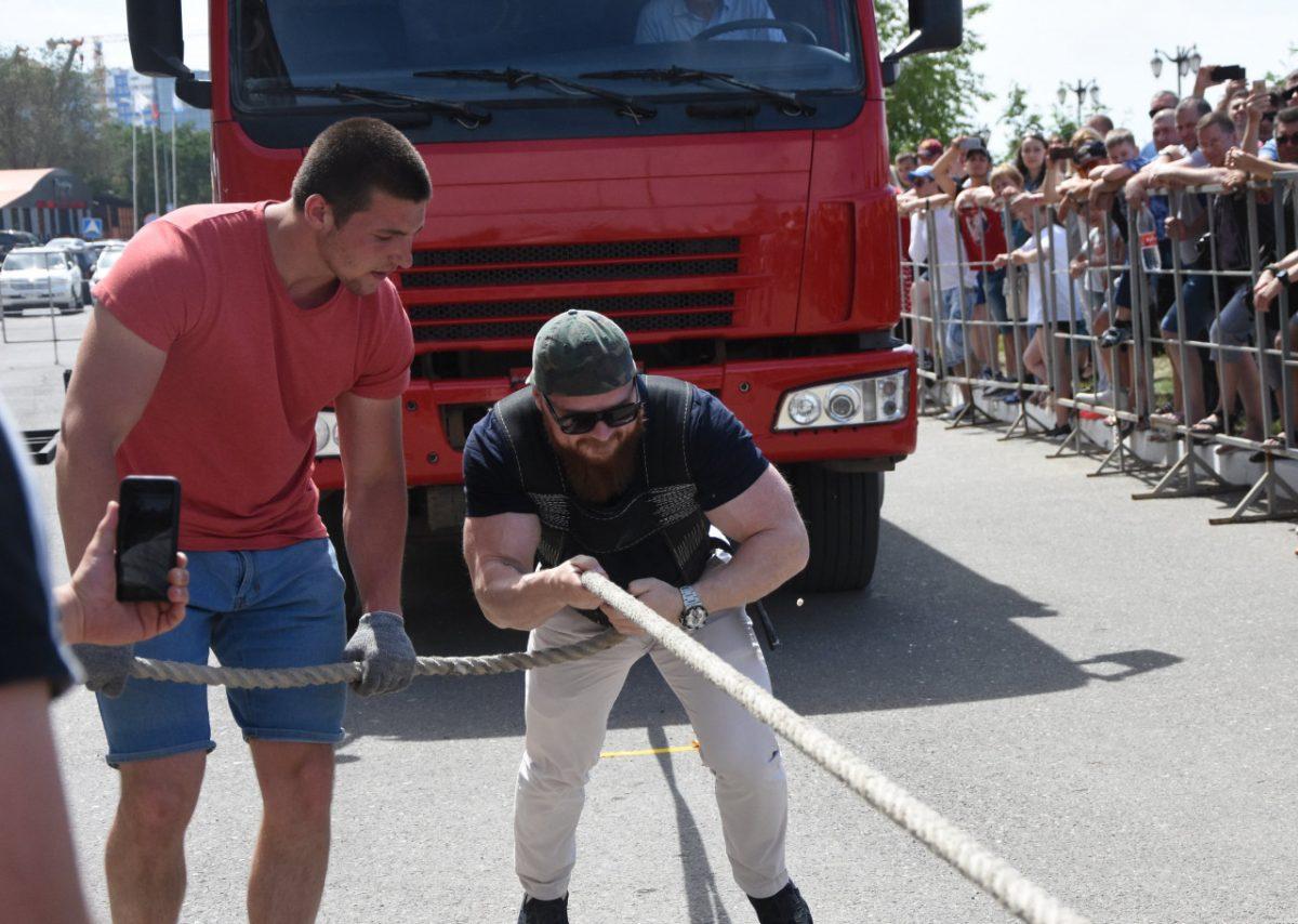 Фото дня: астраханский депутат тянет 12-тонный грузовик