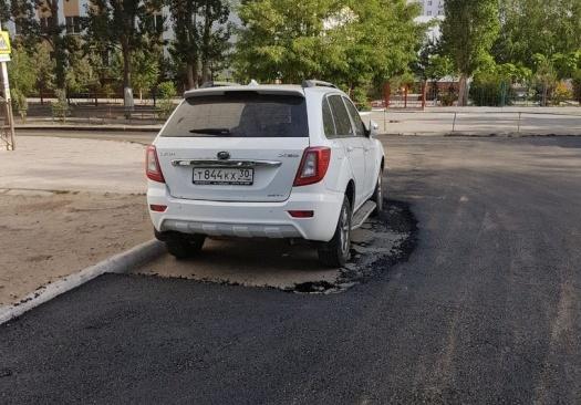 В микрорайоне Бабаевского дорожники положили асфальт вокруг джипа