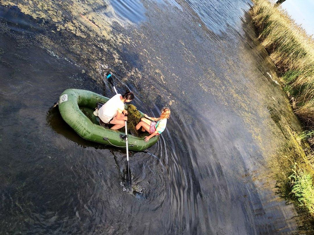 Молодые астраханки на лодке чистят ерик Казачий от всякой дряни