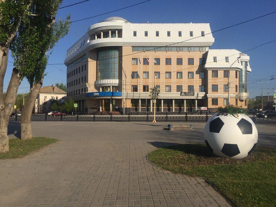 На улицах Астрахани появились футбольные мячи с цветами