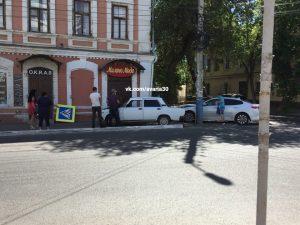 В центре Астрахани «семерка» вылетела на тротуар