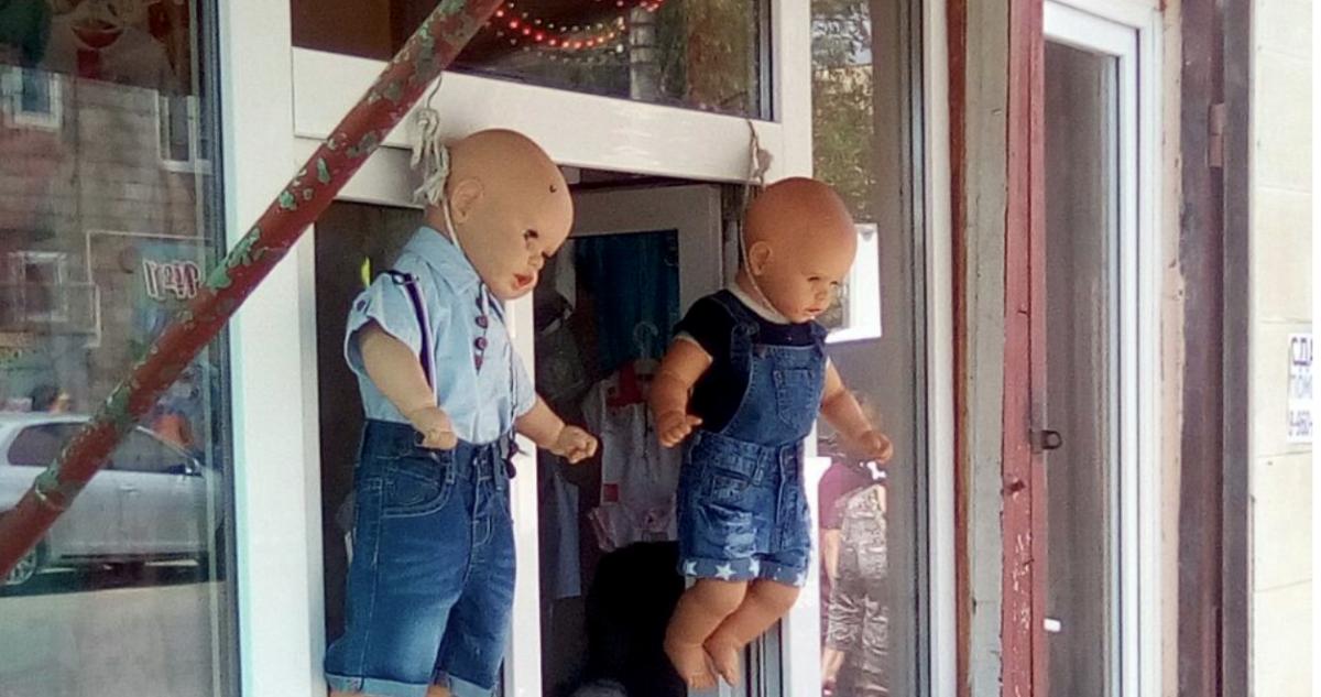 На рынке Большие Исады прилавок оформили подвешенными игрушечными младенцами