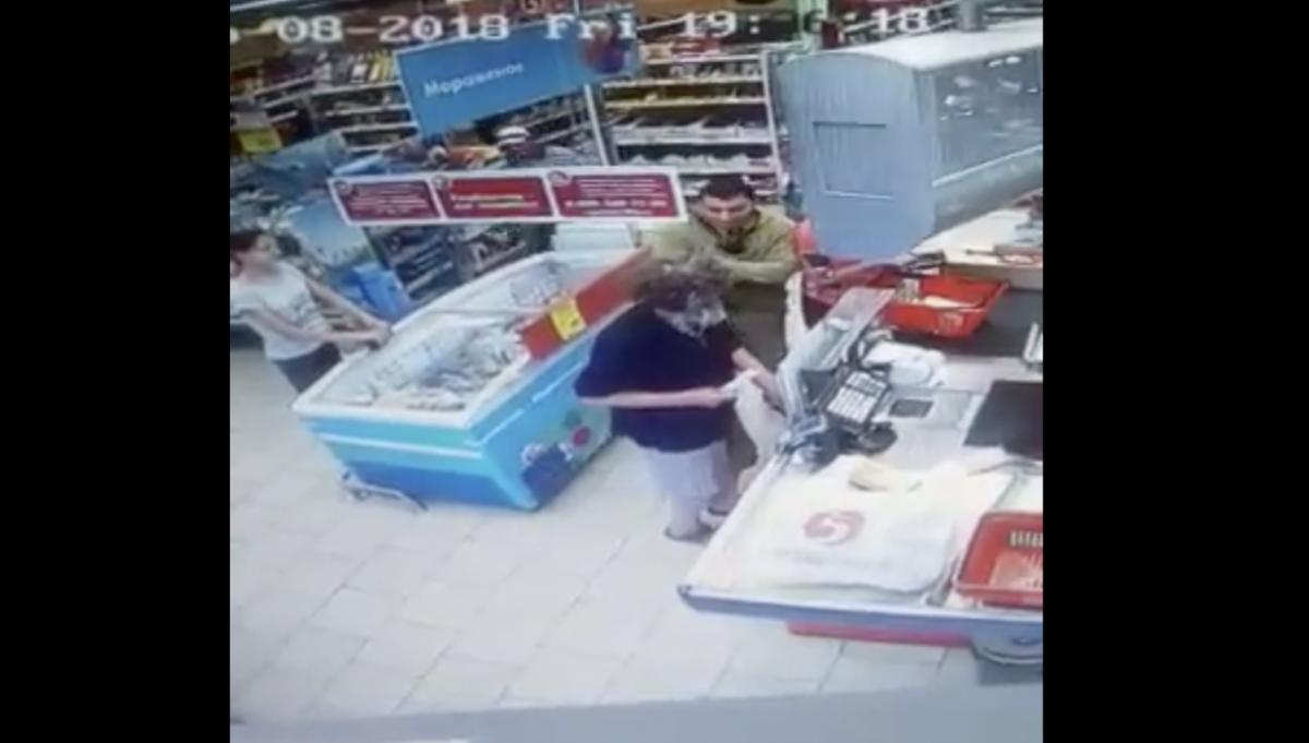 В Астраханской области ударили пенсионера за то, что он замешкался у кассы