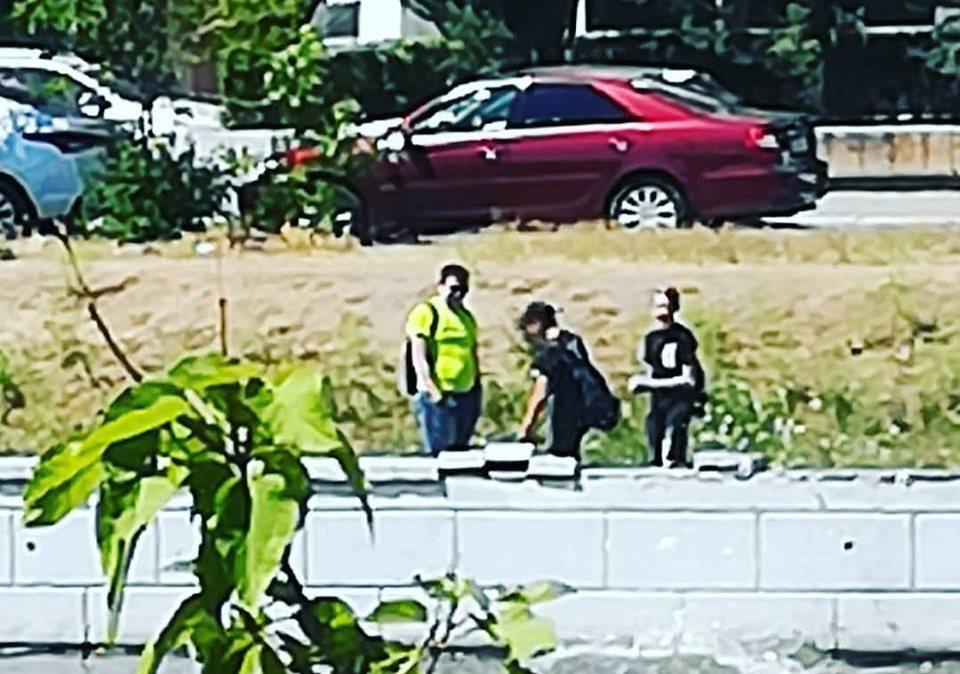 Астраханец спугнул ломавших набережную подростков