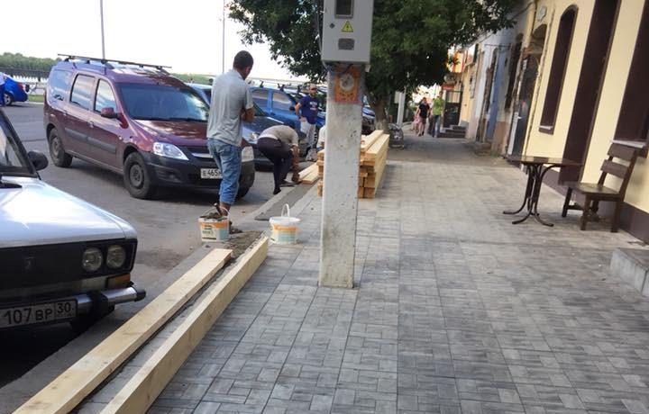 Астраханец рассказал про очередной «захват» тротуара заведением общепита