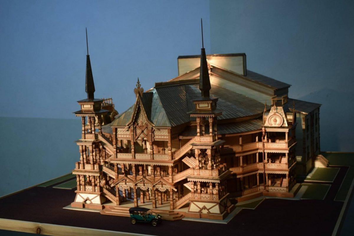 Астраханец построил огромный макет сгоревшего театра Аркадия