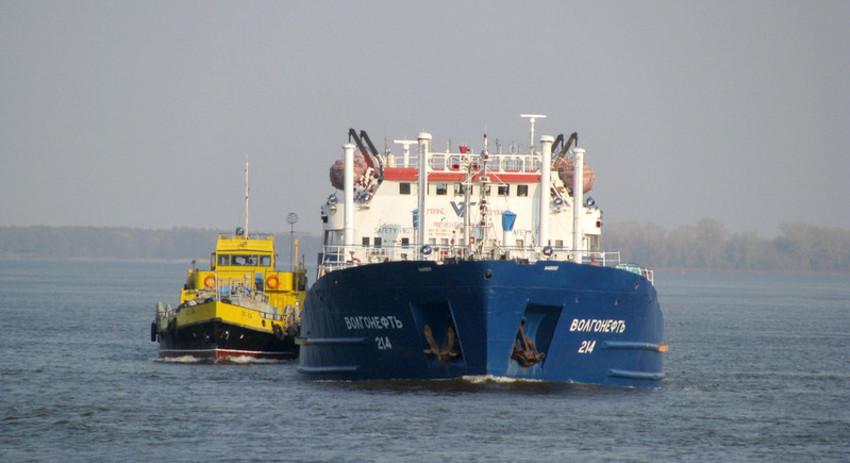 Танкер с нефтью из Астрахани задел дно в Керченском проливе