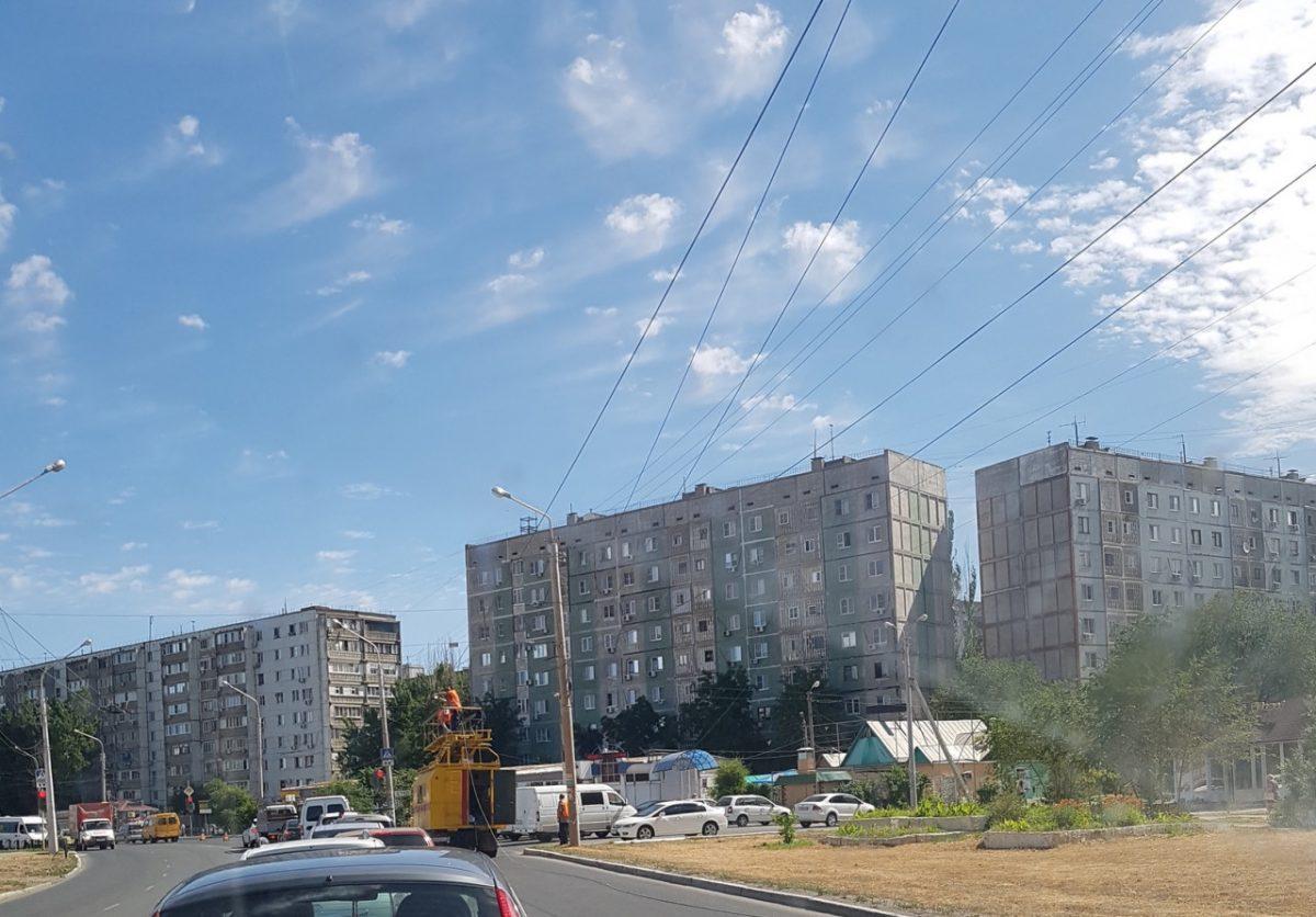 Фото дня: в Астрахани демонтируют троллейбусные провода