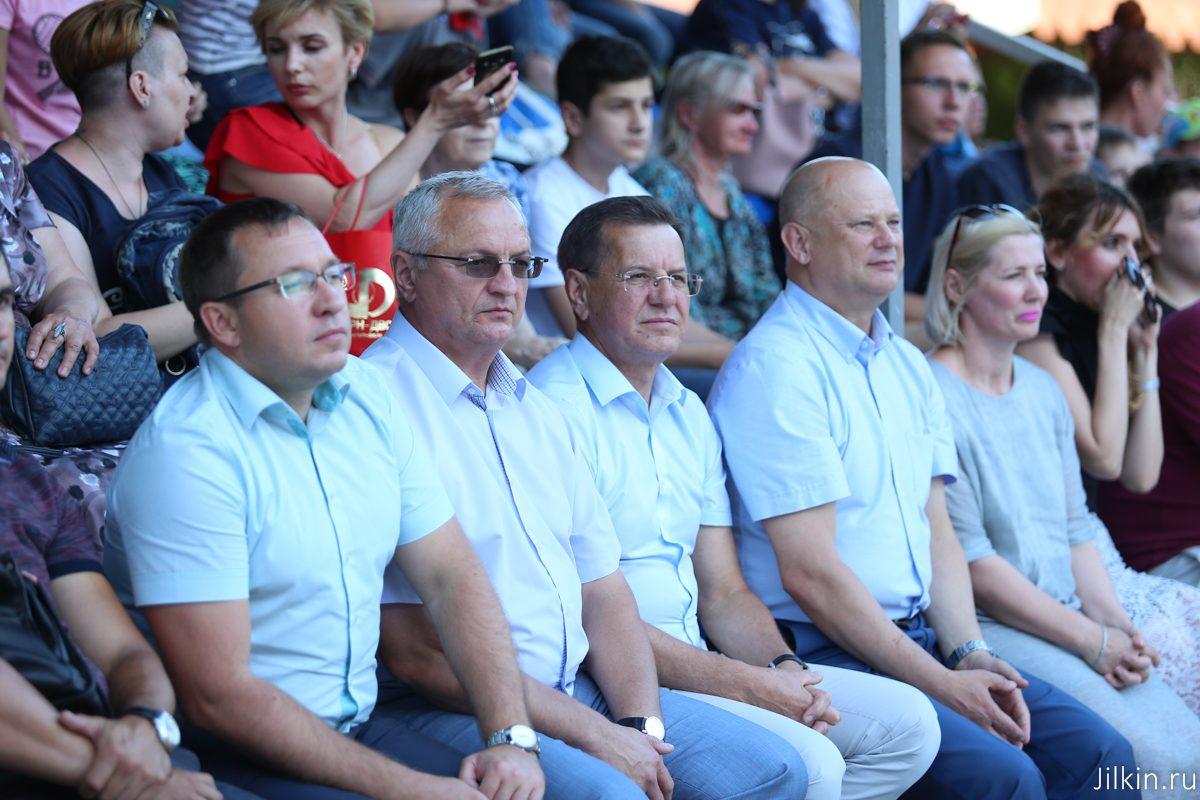 Астраханский губернатор смотрел футбол в фан-зоне парка Аркадия