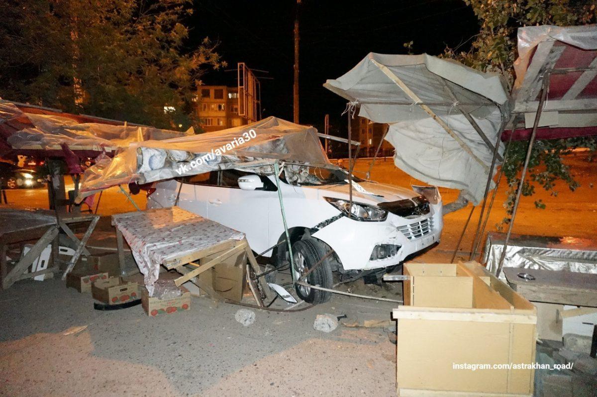 Еще один астраханский рынок пострадал от лихого водителя