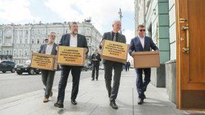 Олег Шеин передал подписи против повышения пенсионного возраста в приемную Госдумы