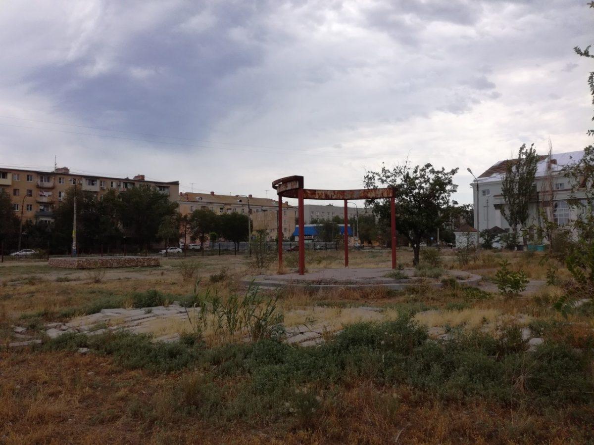Как выглядит ожидающий ремонта астраханский парк ГРЭС