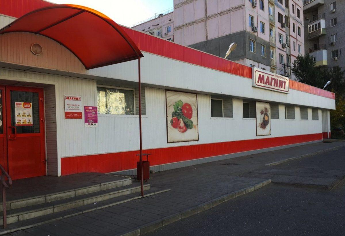 На пороге астраханского супермаркета умер бездомный