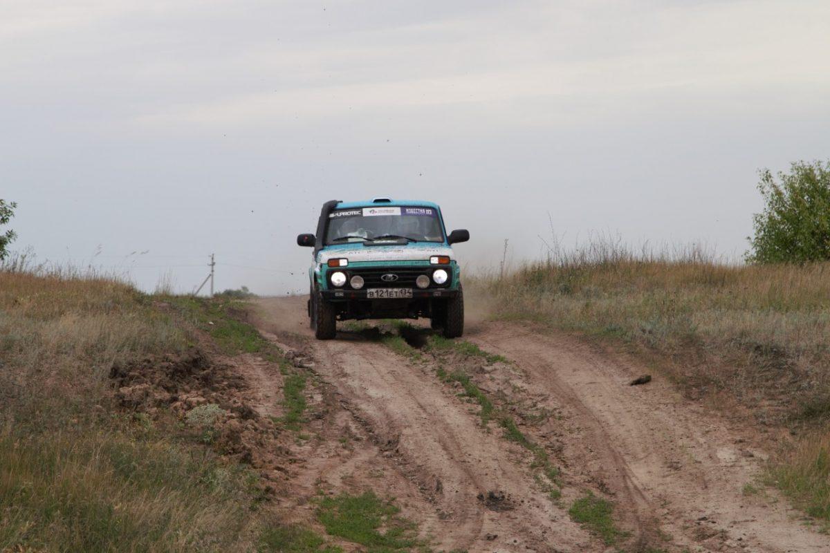 В гонках по астраханским степям впервые приняла участие газомоторная Lada 4×4