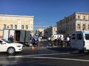 Опубликовано видео страшной утренней аварии возле астраханского кремля