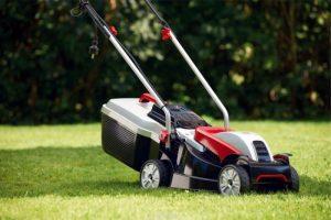 Астраханец погиб от удара током, когда стриг газон