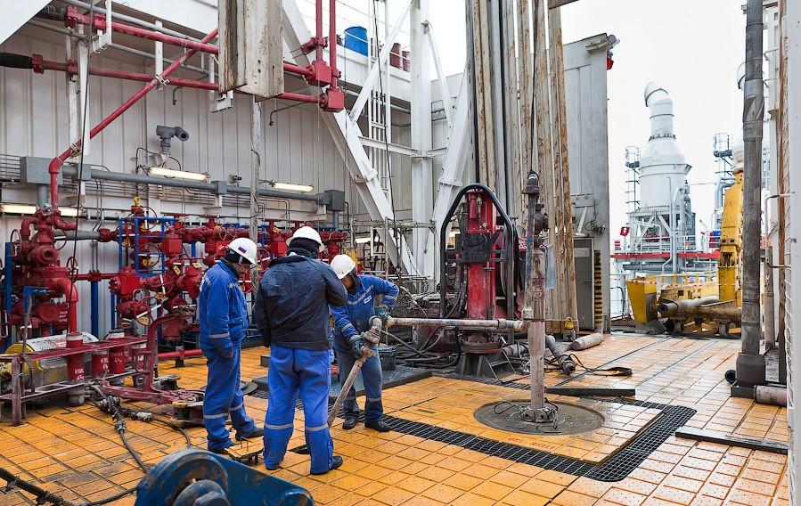 Астраханские нефтяники и газовики получают в среднем по 100 тысяч рублей