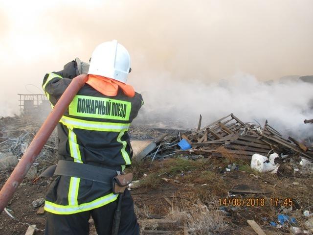В тушении пожара под Астраханью принял участие пожарный поезд