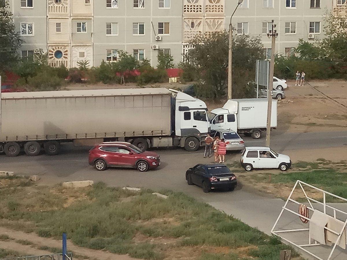 В Астрахани грузовик протаранил и протащил по дороге легковушку