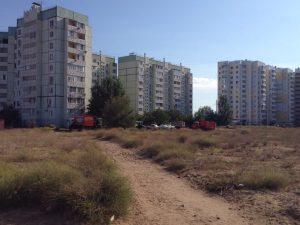 Мусоровоз застрял во дворе дома в микрорайоне Бабаевского