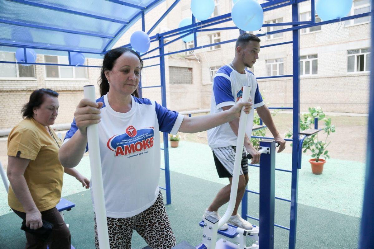 Астраханские пациенты занимаются лечебной гимнастикой на свежем воздухе