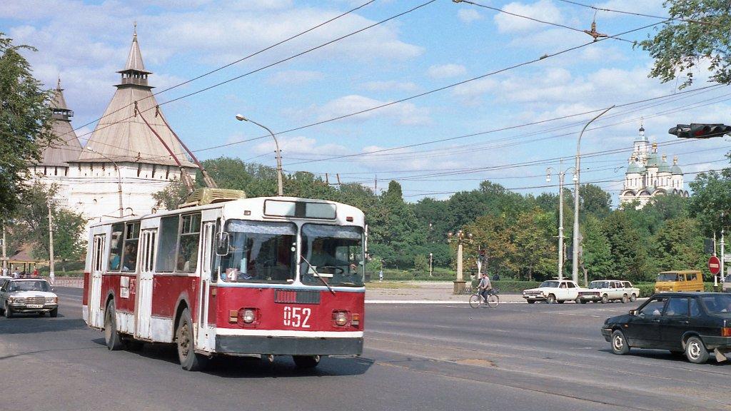 Астраханские троллейбусные провода сдают на металлобазу в Трусовском районе