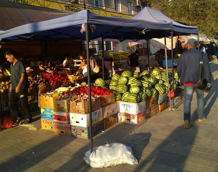 Астраханцы жалуются на стихийную торговлю на улице Софьи Перовской