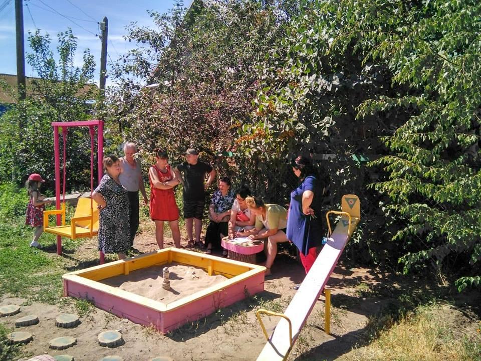 Астраханке не понравилась детская площадка, сделанная силами ее соседей