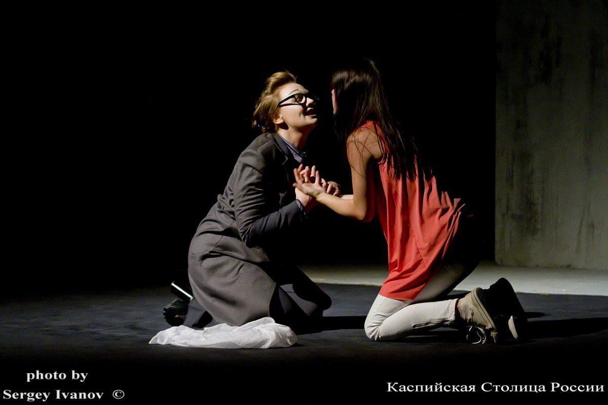 Реп-баттл с цитатами Бродского и первая любовь: рецензия на новую постановку в астраханском театре