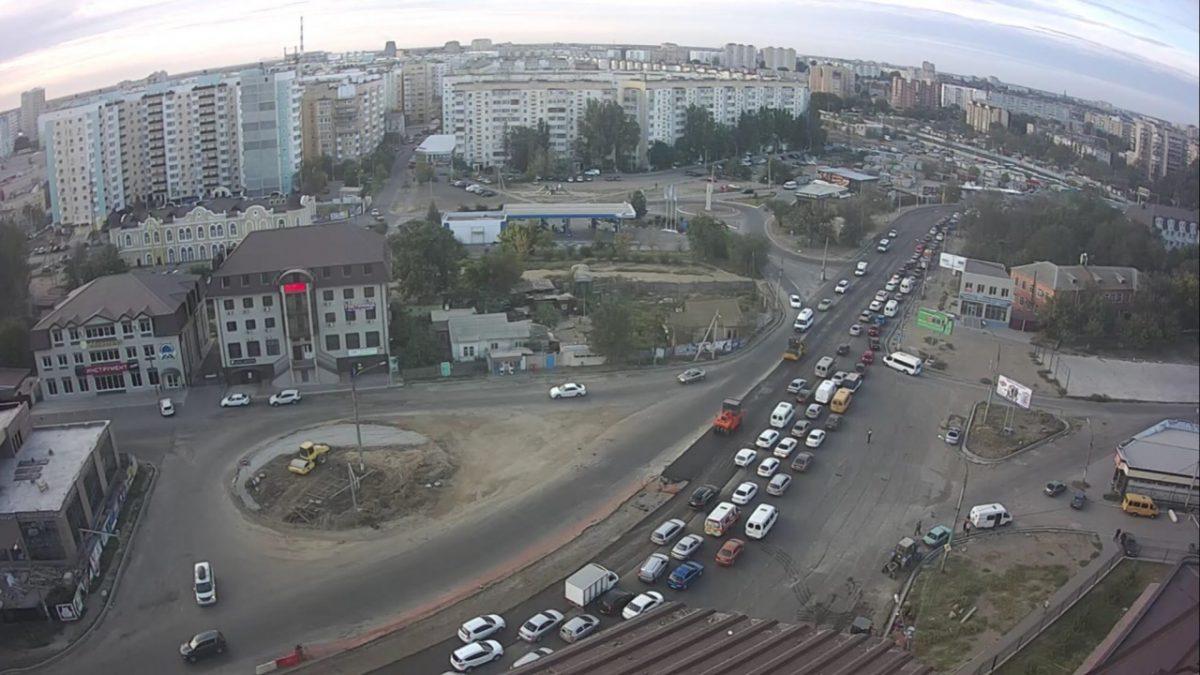Рабочие приступили к укладке асфальта у путепровода на Яблочкова
