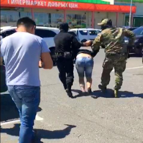 Около астраханского гипермаркета полиция задержала наркодилера из Москвы