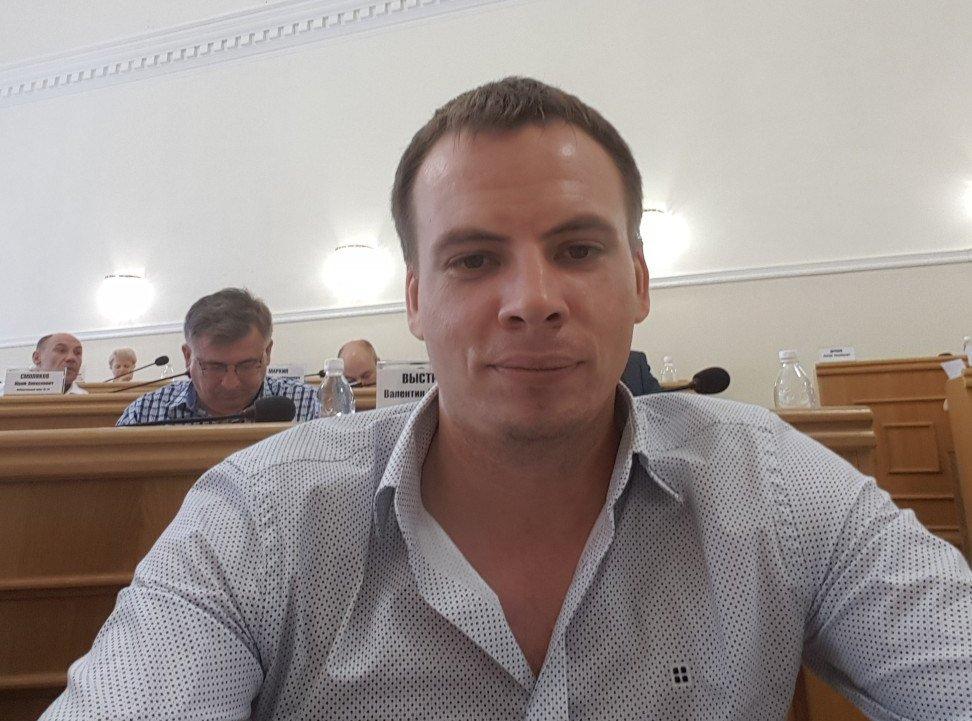Астраханский депутат пытается выжить на 10 тысяч рублей