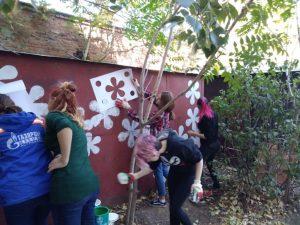 Стеснительные астраханские художницы по-быстрому раскрасили гараж для пенсионерки