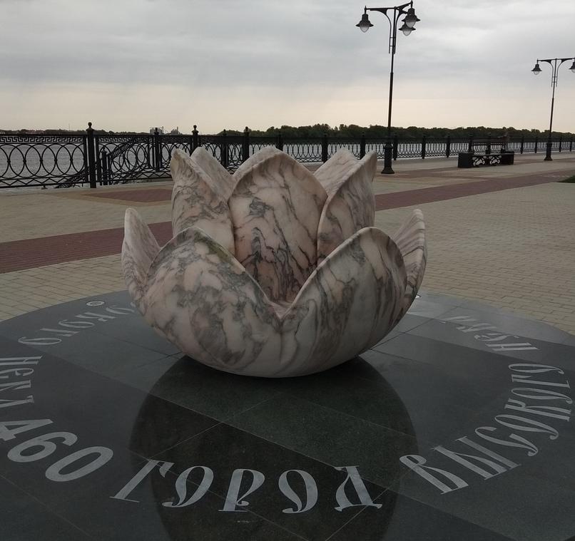 На Петровской набережной появился мраморный лотос