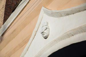 У астраханского дома появилось лицо