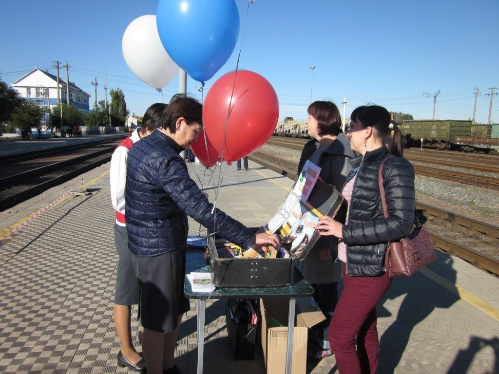 Благотворительная акция «Книга в дорогу» прошла на перроне вокзала Верхний Баскунчак