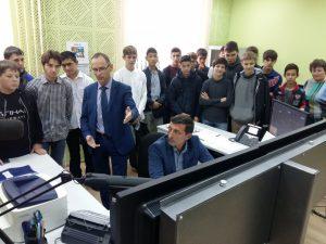 Ребята из Астраханского колледжа узнали от железнодорожников о правилах безопасности