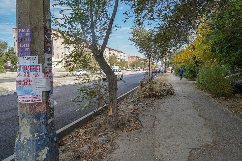 Астраханцы недовольны разрушенными тротуарами на улице Яблочкова