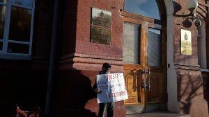 Астраханец снова вышел с пикетом к администрации региона