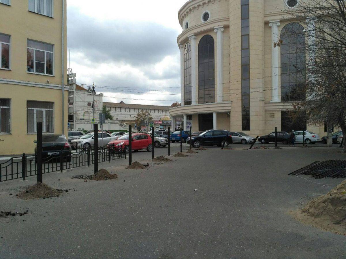 Астраханцев удивило строительство забора посреди улицы в центре
