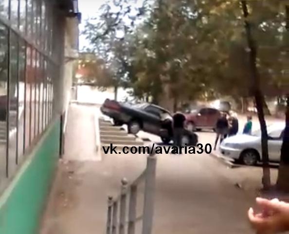Астраханец за рулем автомобиля пытался попасть в здание