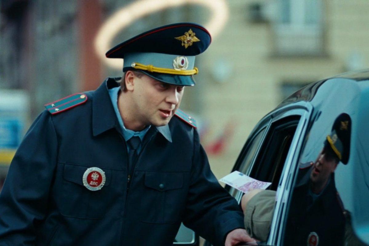 Астраханского гаишника подозревают в получении взятки