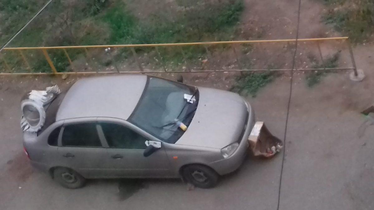 Астраханцы продолжают наказывать водителей мусором