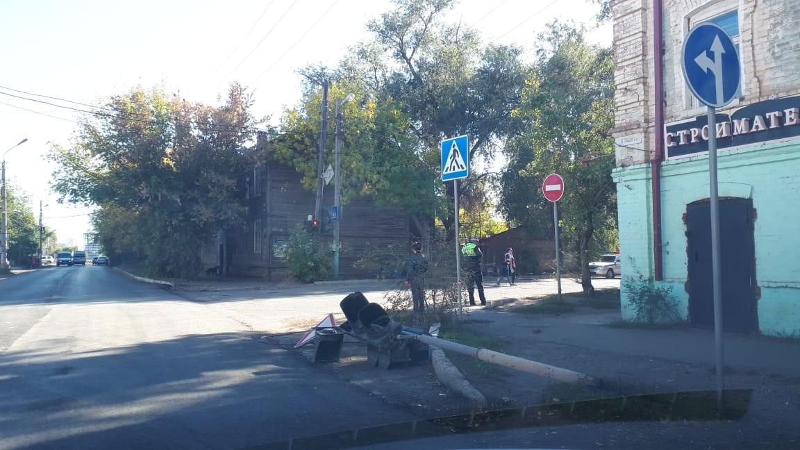 В Трусовском районе светофор устал и упал