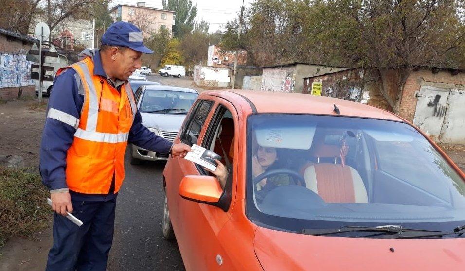 Астраханские путейцы напомнили автомобилистам о правилах проезда через переезды