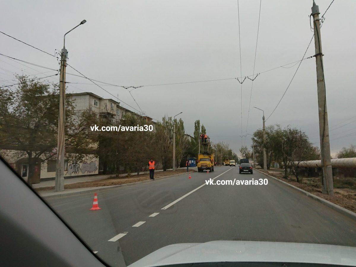В Астрахани продолжают убирать троллейбусные провода